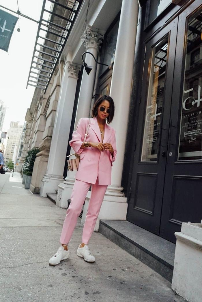 exemple comment bien s'habiller de style casual smart avec un tailleur pantalon femme de couleur rose et baskets blanches