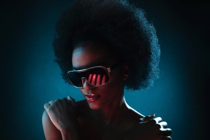 lunettes de soleil tendance femme accessoire mode coiffure cheveux crépus volume accessoire coupe cheveux court femme