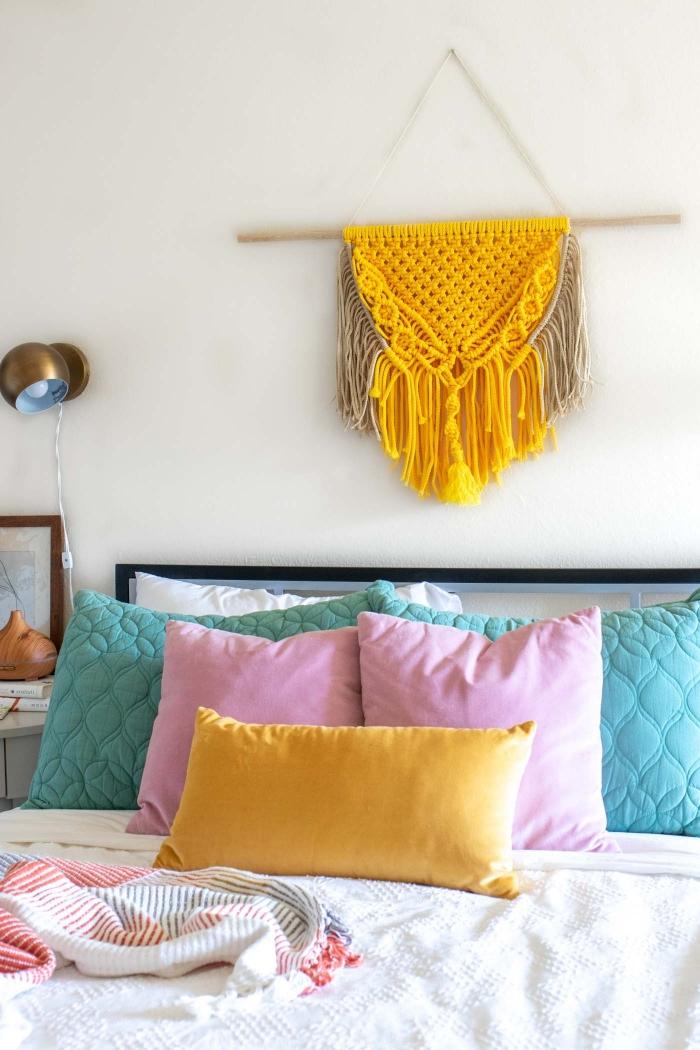 macramé bicolore corde jaune et beige noeud tete de lit diy décoration chambre à coucher diffeuseur huiles essentielles coussins décoratifs