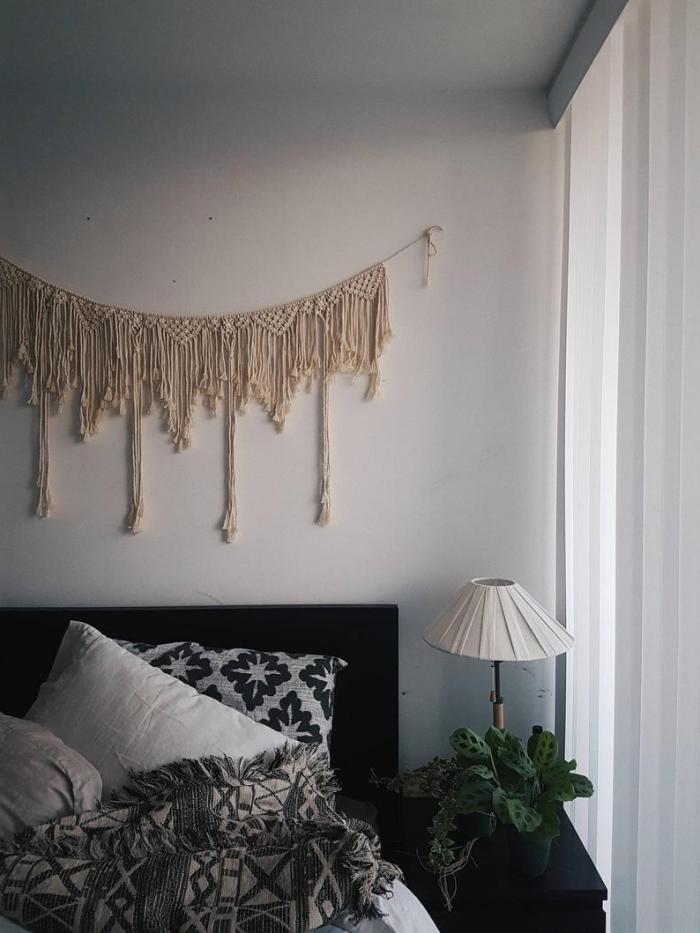 macramé mural facile à faire diy guirlande macramé franges tête de lit noir lampe de chevet blanche plante verte intérieur rideaux blancs