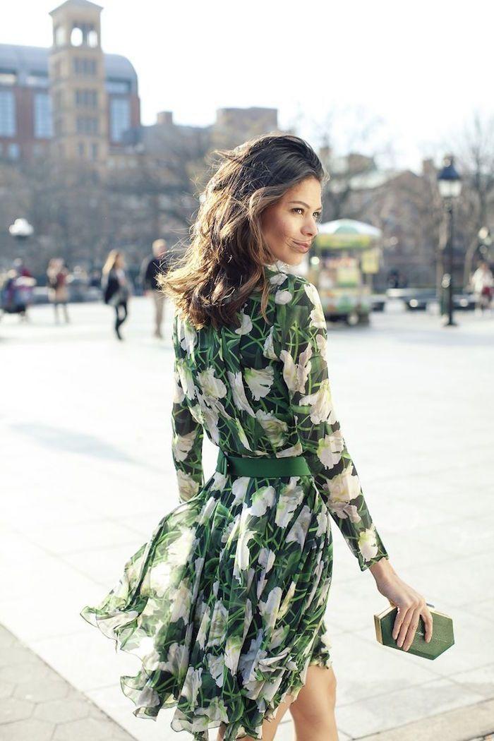 magnifique femme belle photo robe a fleur longue femme bien habillée en robe longue fleurie robe verte a fleurs blanches pochette ultra moderne