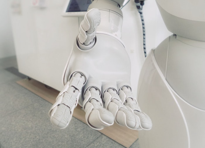 Restaurant néerlandais qui aide ses employées avec serveurs robotiques
