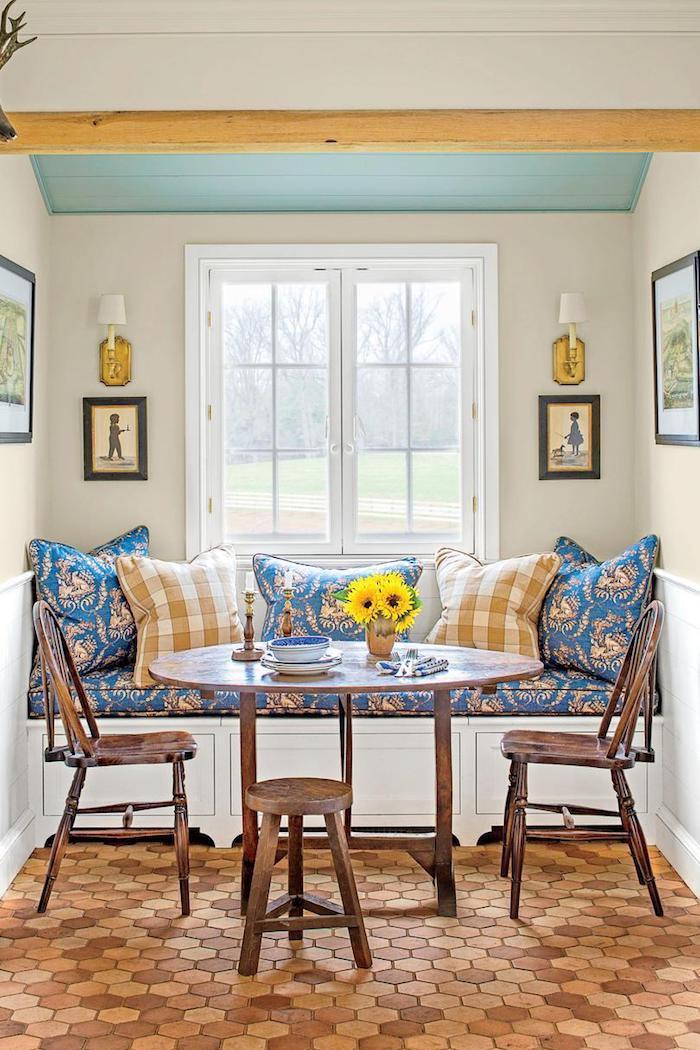 Canapé avec coussins confortable salle §a manger cuisine tendance 2020, associer les couleurs dans une cuisine