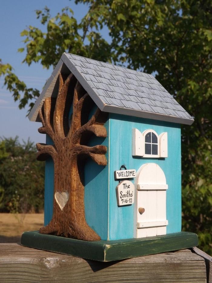 design original d'un nichoir à mésange DIY aux murs bleus avec toit gris, DIY maison oiseaux fabriquée avec bois