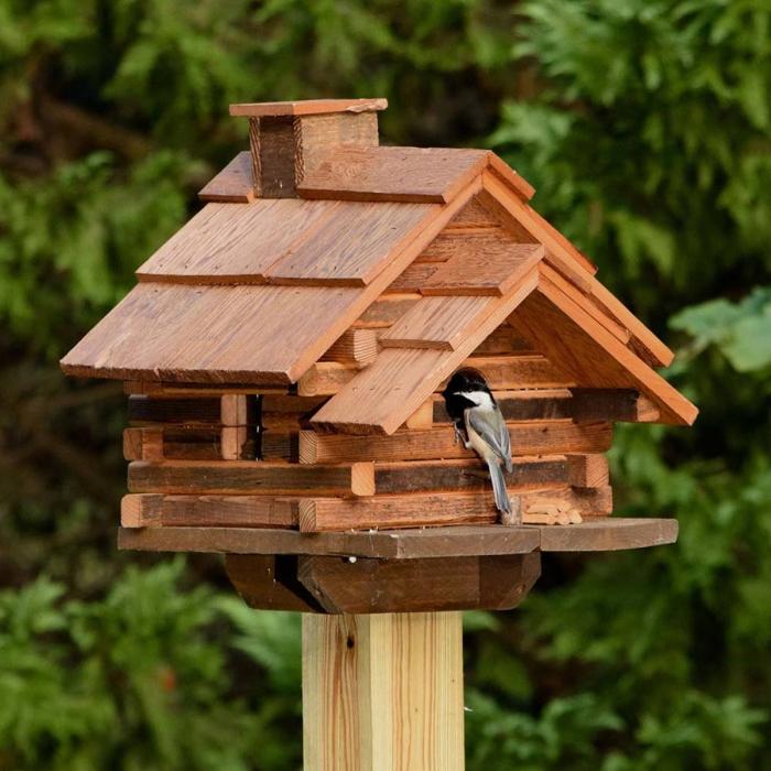exemple comment construire une jolie maison pour oiseaux en bois, modèle de mangeoire pour petits oiseaux sur pied