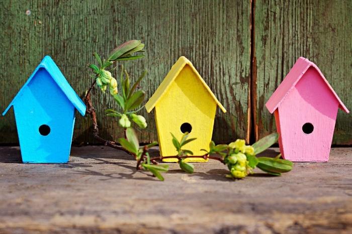 idée comment personnaliser une maison oiseaux en bois avec peinture, modèles de mangeoire décorative en jaune et rose