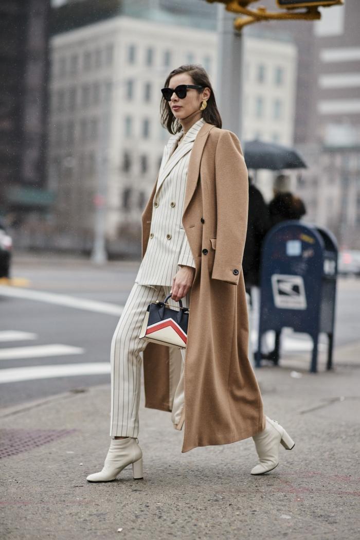comment porter un ensemble veste pantalon femme de couleur blanche avec accessoires tendance, idée tenue femme classe