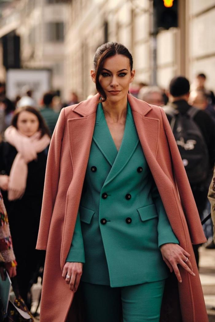 comment assortir les couleurs de ses vêtements pour une tenue classe et chic femme, modèle de tailleur pantalon femme de nuance vert bleu