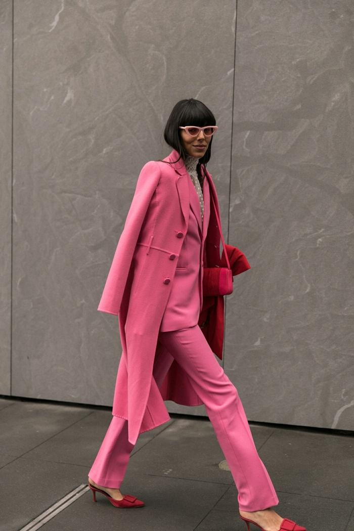 modèle de tailleur pantalon femme pour cérémonie ou travail de couleur rose assorti avec accessoires en nuance rouge