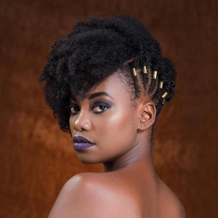 maquillage avec rouge à lèvre coloré bleu fards à paupières vert foncé coupe courte feminine coiffure cheveux noirs crépus natte collée
