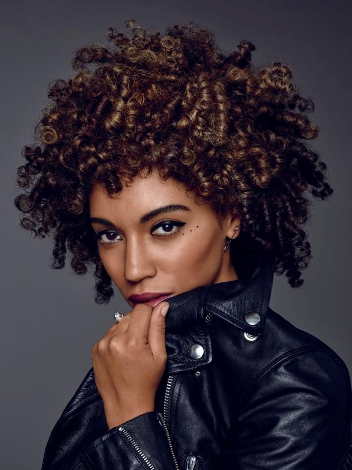 maquillage yeux marron eye liner noir coupe cheveux court femmе veste en cuir noir bague argent boucles d oreilles