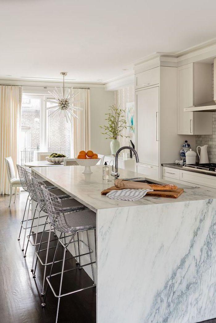 Marbre ilot chaises hautes association couleur, cuisine tendance 2020, idée couleur mur cuisine