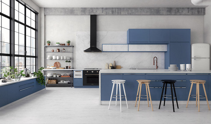 Bleu et blanc couleur peinture cuisine, quelles sont les couleurs qui vont ensemble grands fenetres