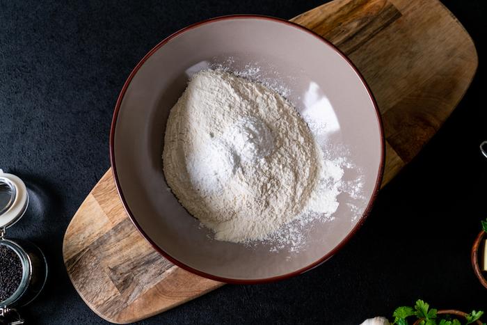 mélanger la farine blanche, le sucre glace et la levure dans un saladier assez large pour faire recette naan facile
