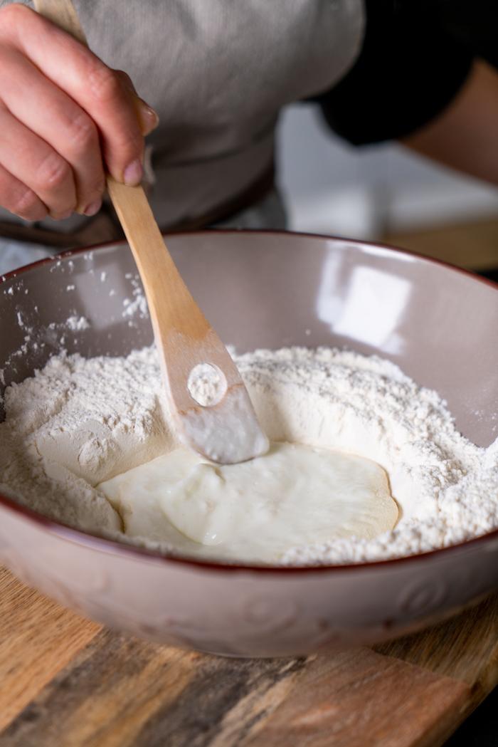 mélanger le yaourt et la farine, étape pour réaliser une recette naan maison à base de farine blanche, levure et bicarbonate de soude