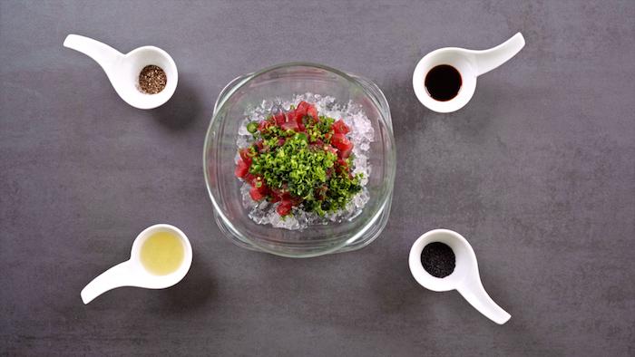 comment faire tartare de thon et avocat, idée mélanger les ingrédients dans un saladier au bain de glaçons