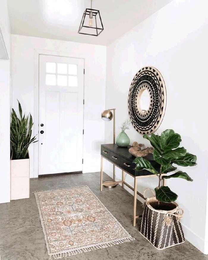 meuble noir poignée or idée déco entrée maison cache pot tressé plantes vertes d intérieur miroir bohème chic blanc et noir vase vert menthe