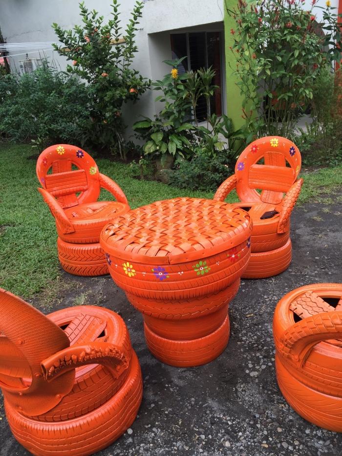 décoration jardin avec pneu, DIY salon de jardin avec table et chaises en pneus recyclés, modèle de table extérieur à faire facile