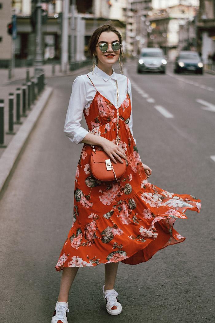 midi robe associée à une chemise blanche et baskets blanches photo robe a fleur longue femme bien habillée en robe longue fleurie