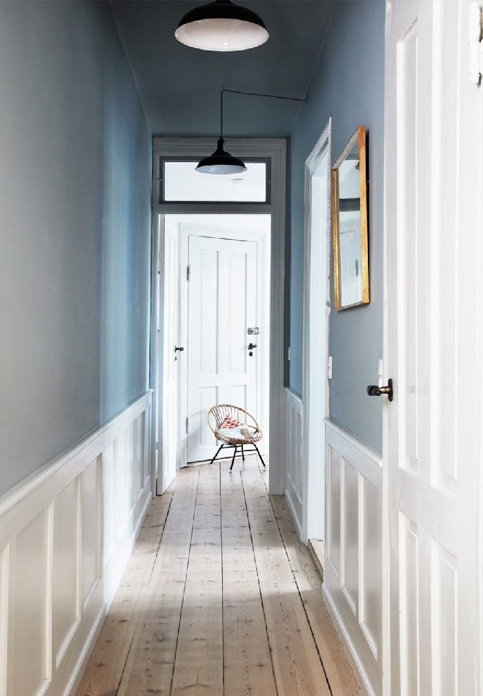 miroir cadre or revêtement de sol parquet bois aménagement entrée peinture bleue éclairage moderne lampe noir et blanc