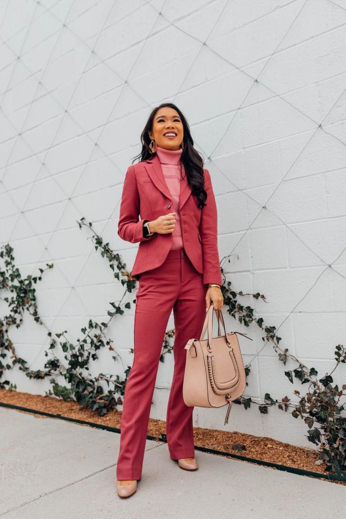 exemple comment porter un tailleur pantalon femme de couleur rose en combinaison avec un pull-over en rose pâle et accessoires beige