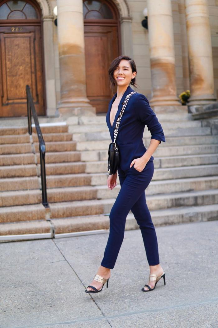 tenue femme stylée avec costume de couleur bleu marine et sandales dorées, idée de tailleur pantalon femme pour cérémonie mariage