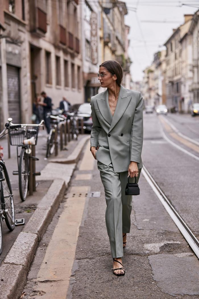 tenue femme d'affaire stylée avec costume en gris clair et accessoires noirs, modèle de pantalon tailleur femme professionnel