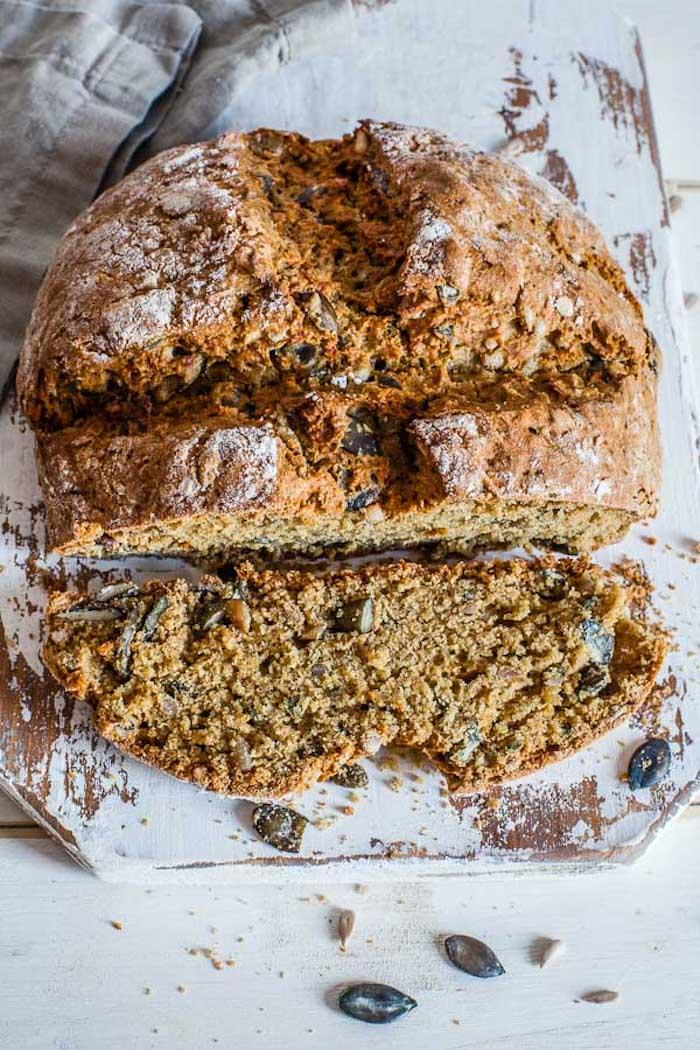 pain sans levure vegan a faire chez soi avec de la fairne de siegle et de l épeautre aux graines de potiron