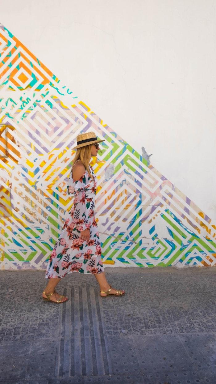moderne robe epaules denudees manches longues robe fleurie pour femme jolies robes avec des impressions fleuries sandales dorés