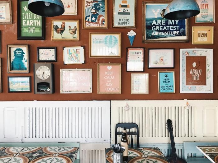 décorez avec des affiches ou poster, idée comment personnaliser les murs chez soi avec des objets art originaux