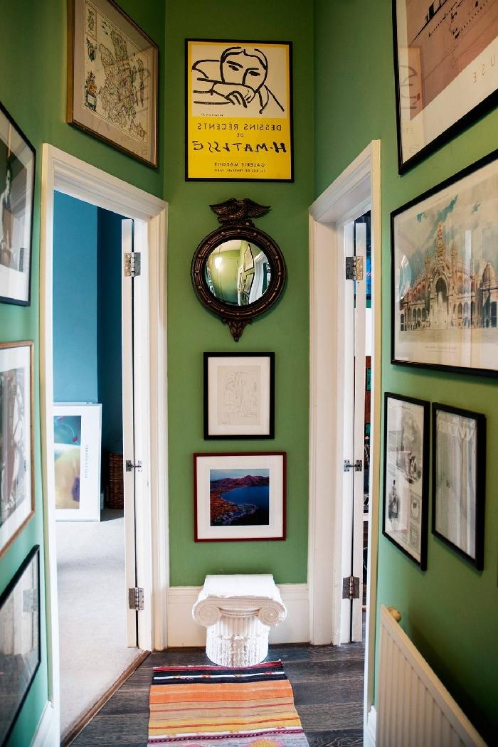 mur vert décoration couloir petite entrée appartement aménagement entrée couleurs tendance mur de cadres tapis multicolore
