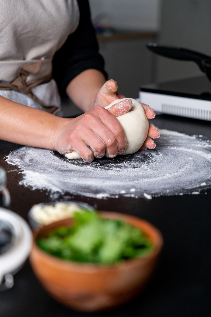 pain naan recette indienne cuisine traditionnelle, pétrir pâte à naan soi meme sur un plan de travail