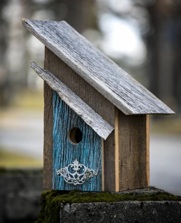 petite maison pour oiseaux à réaliser facilement, diy mangeoire pour petit oiseau fabriquée avec plantes de bois