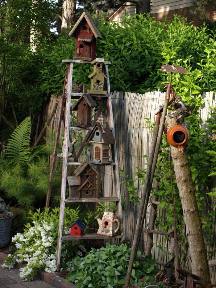 projet décoration de jardin avec objets DIY en matériaux de récupération, construction cabane pour oiseaux facile et économique