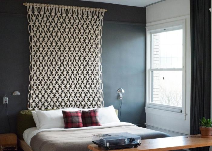 noeud macramé suspension murale facile à faire avec cotton beige peinture murale gris foncé applique murale argent meubles bois clair