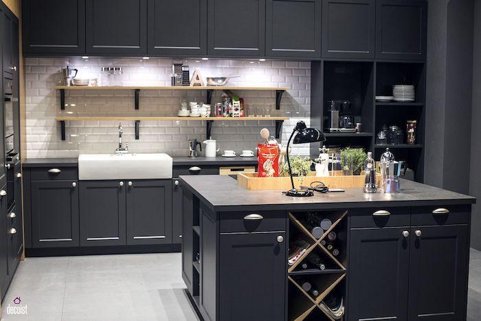Noir cuisine avec dos en briques blanches, couleur qui vont bien ensemble, stylée cuisine bicolore tendance