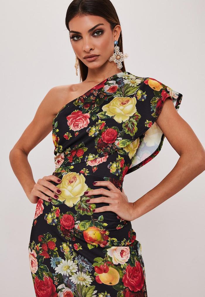 noire robe fleurie avec une épaule dénudée robe fleurie pour femme tenue bohème chic pour la femme moderne boucles d oreilles argentes grands