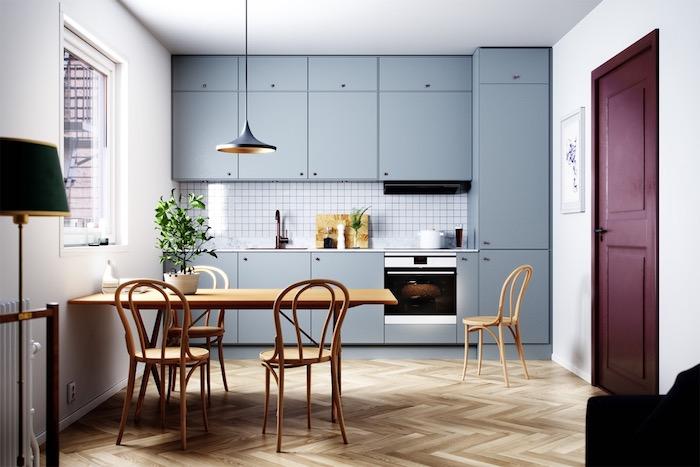 Peindre la cuisine en blanc et la porte en violet pour un accent coloré, table à manger bois, cuisine déco style scandinave
