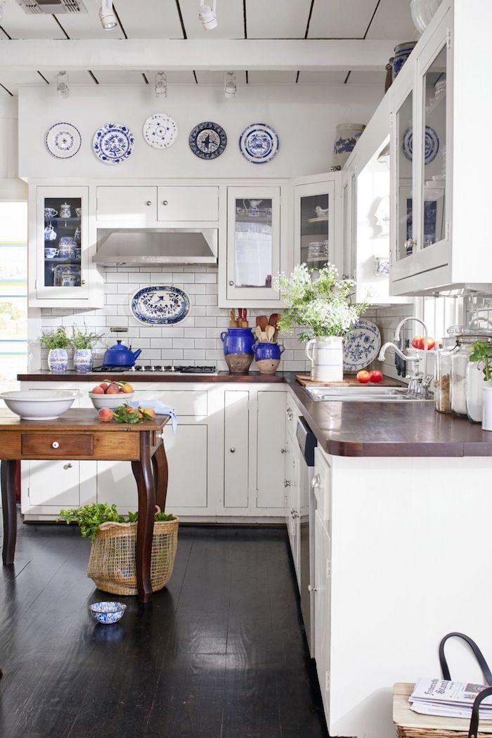 Blanc et bois cuisine tendance couleur cuisine 2020, aménagement cuisine bien décorée avec assiettes mediterranean style