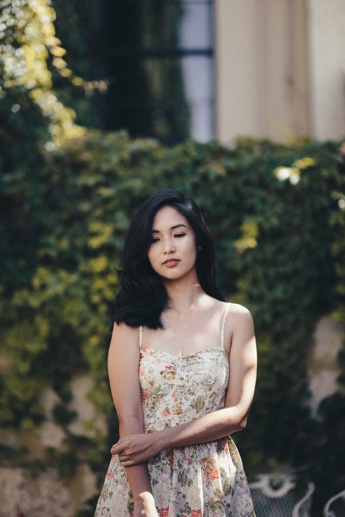 originale idée tenue vintage femme cheveux noirs robe longue rouge fleurie la plus belle robe d ete belle femme robe d été femme originale tenue champetre femme belle image