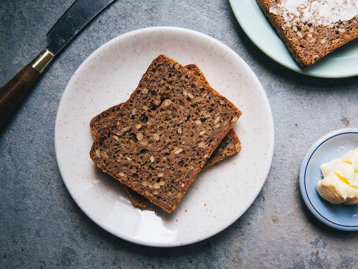 pain aux céréales ou pain complet avec farine de siegle et des graines de potiron, recette de pain nordique
