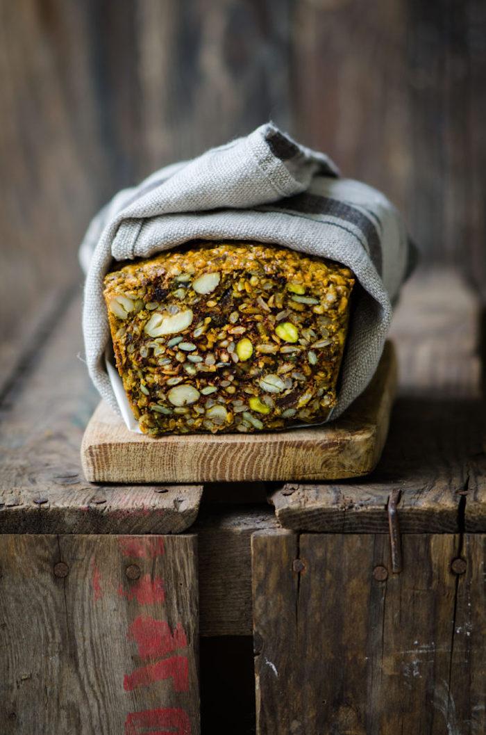 exemple de pain nordique aux graines variés, comment faire pain complet aux graines, oeufs et tahini, recette paleo, cetogene