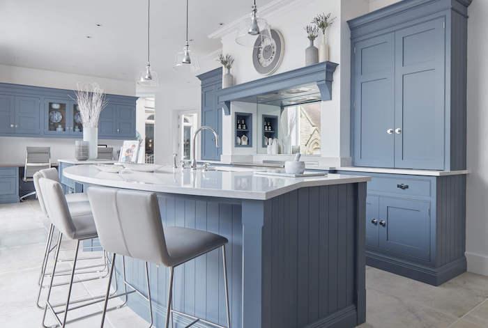Ilot cuisine bicolore, tendance cuisine 2020 toujours actuel, bleu-gris couleur pour la cuisine rustique, mais moderne