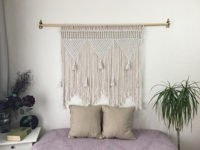 palmier d intérieur design petite chambre avec têtе de lit en macramé tassels franges bâton bois livre meuble de chevet bois blanc