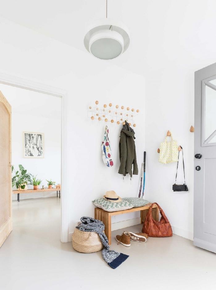 panier fibre végétale banquette bois crochets vêtements porte d entrée couleur grise quelle couleur pour les portes avec des murs blancs