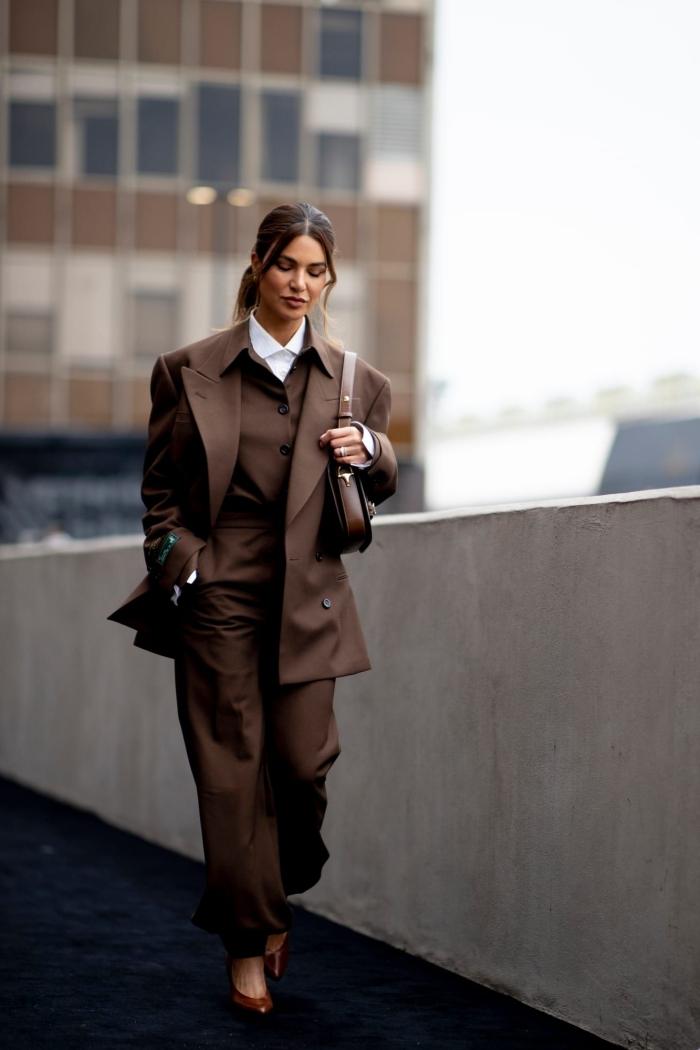 exemple comment bien porter un ensemble pantalon femme à design oversize, quelle couleur avec le marron dans une tenue classe