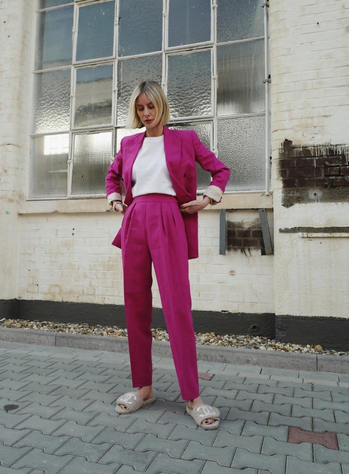 avec quelle couleur combiner le blanc dans une tenue femme chic et élégante, modèle de tailleur pantalon femme mariage en rose
