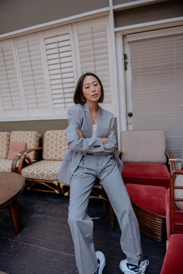 modèle ensemble tailleur femme moderne, idée de tenue casual smart avec costume gris et chaussures de sport en blanc
