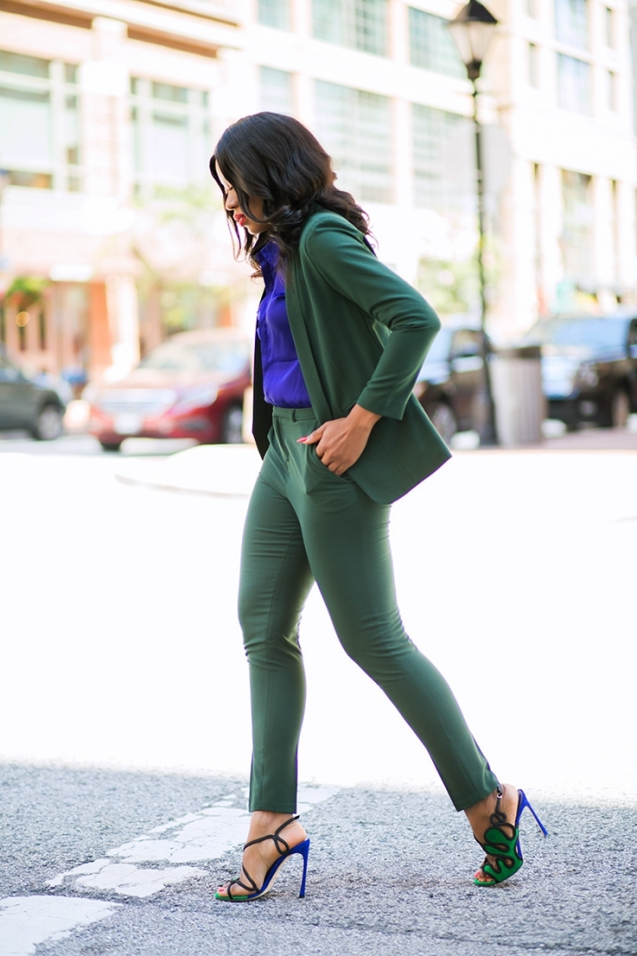 tenue femme élégante avec costume en nuance verte et chemise violette, modèle d'ensemble tailleur femme pour look classe
