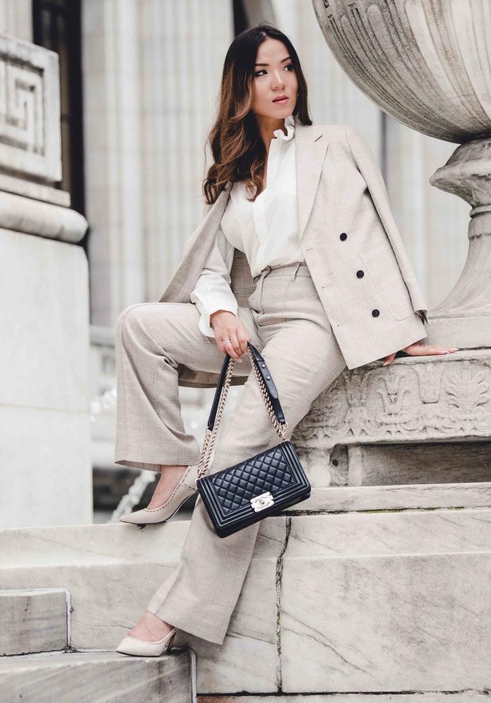 comment bien s'habiller femme au travail, idée de tailleur pantalon femme chic pour mariage de couleur beige avec blouse blanche